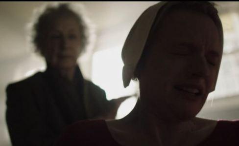 margaret atwood en la serie el cuento de la criada